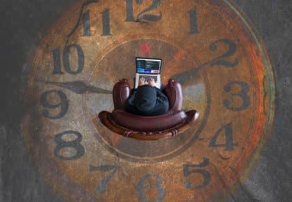 Photogrpaphie d'un homme installé au centre d'une horloge